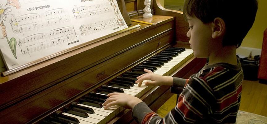 Tocar un instrumento controla las emociones y disminuye la ...