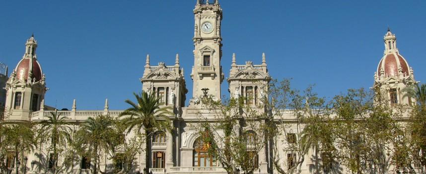 La fachada del Ayuntamiento de Valencia se ilumina en solidaridad con los afectados por el TDAH