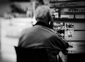 El consumo moderado de alcohol podría reducir la mortalidad en pacientes de Alzheimer leve